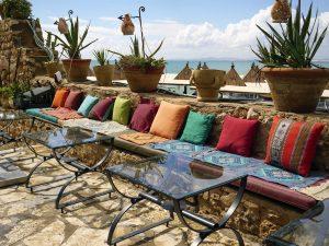 Banquettes colorées dans la medina d'Hammamet en Tunisie
