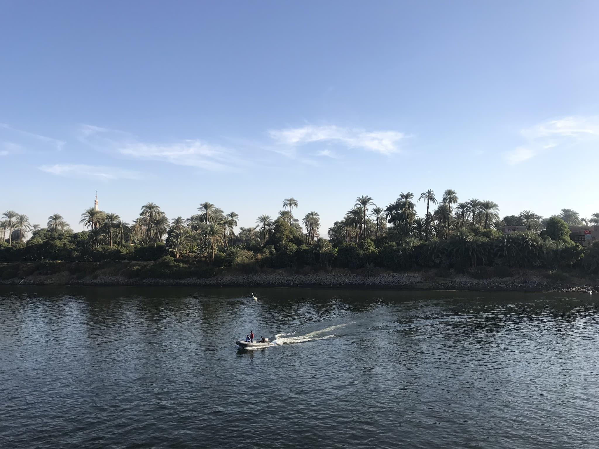 Enfants vendant produits en bateau sur la croisière sur le Nil en Égypte