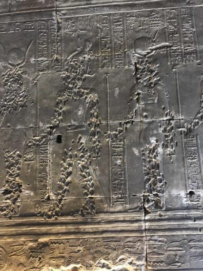 Hiéroglyphes dans un temple égyptien en voyage en Égypte