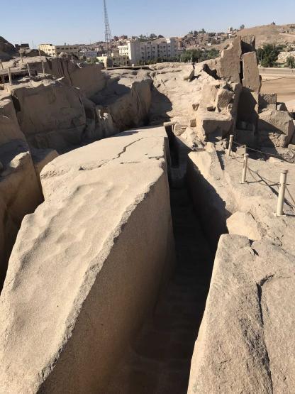 Obélisque inachevé dans la carrière de granite rose à Assouan en Égypte