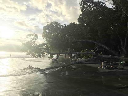 Plage de Manuel Antonio durant le couché du soleil au Costa Rica
