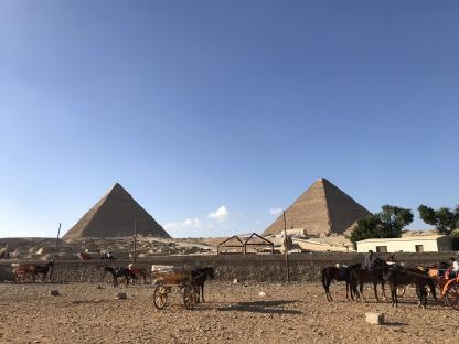 Les pyramides de Gizeh au Caire dans un circuit en Égypte