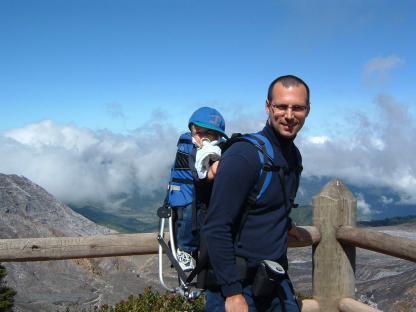 Randonnée d'un père avec son bébé sur le volcan Poas en voyage au Costa Rica