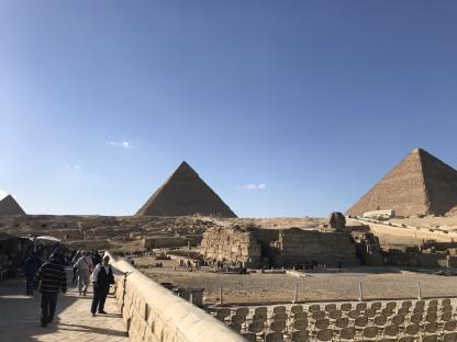 Les sièges pour le spectacle en lumière des pyramides de Gizeh au caire Mongolfière à Louxor en voyage en Égypte