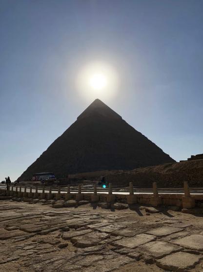 Soleil au dessus de la pyramide de Khéops au Caire en Égypte