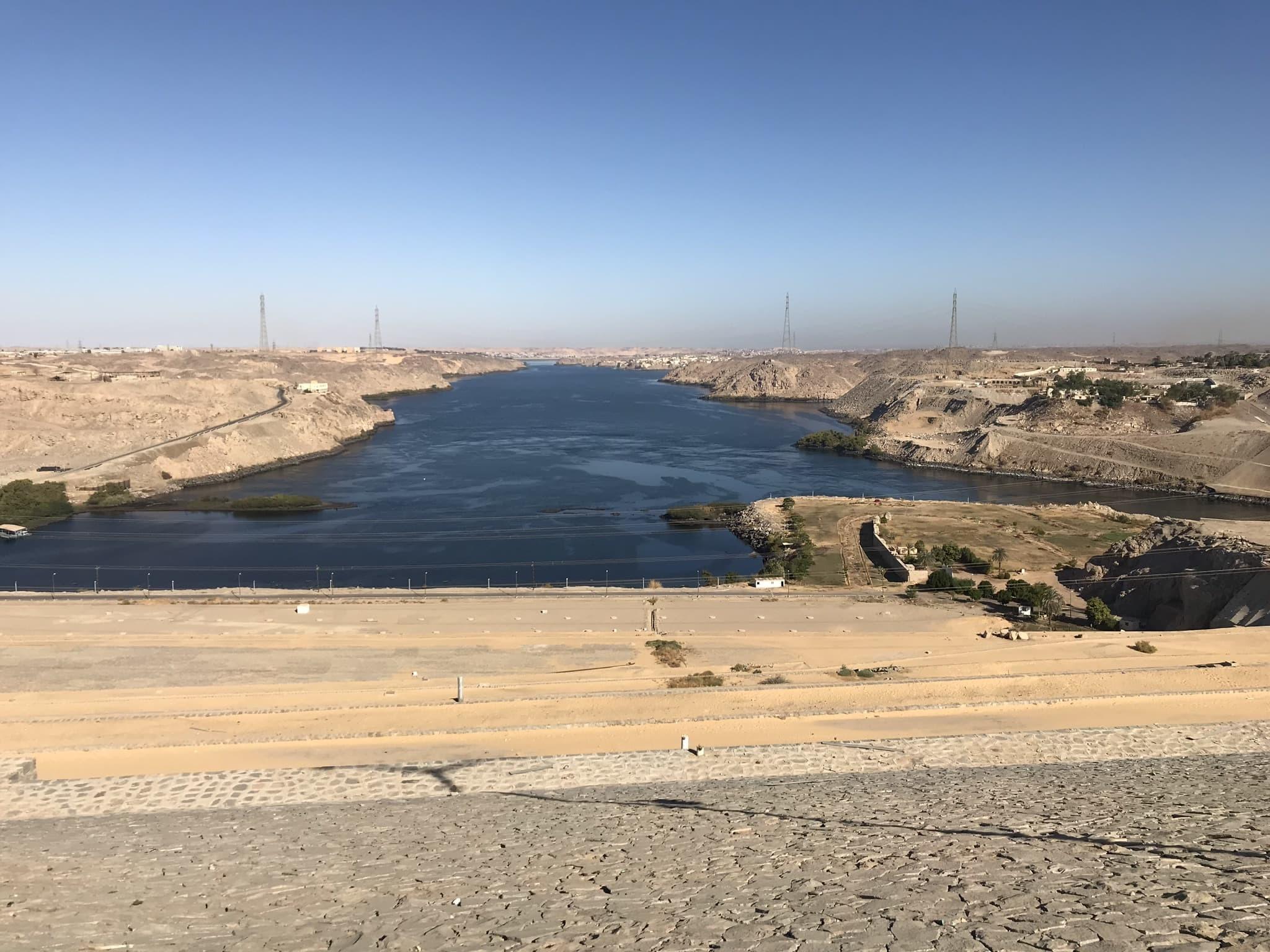 Vue du Haut Barrage sur le Nil à Assouan en voyage en Égypte