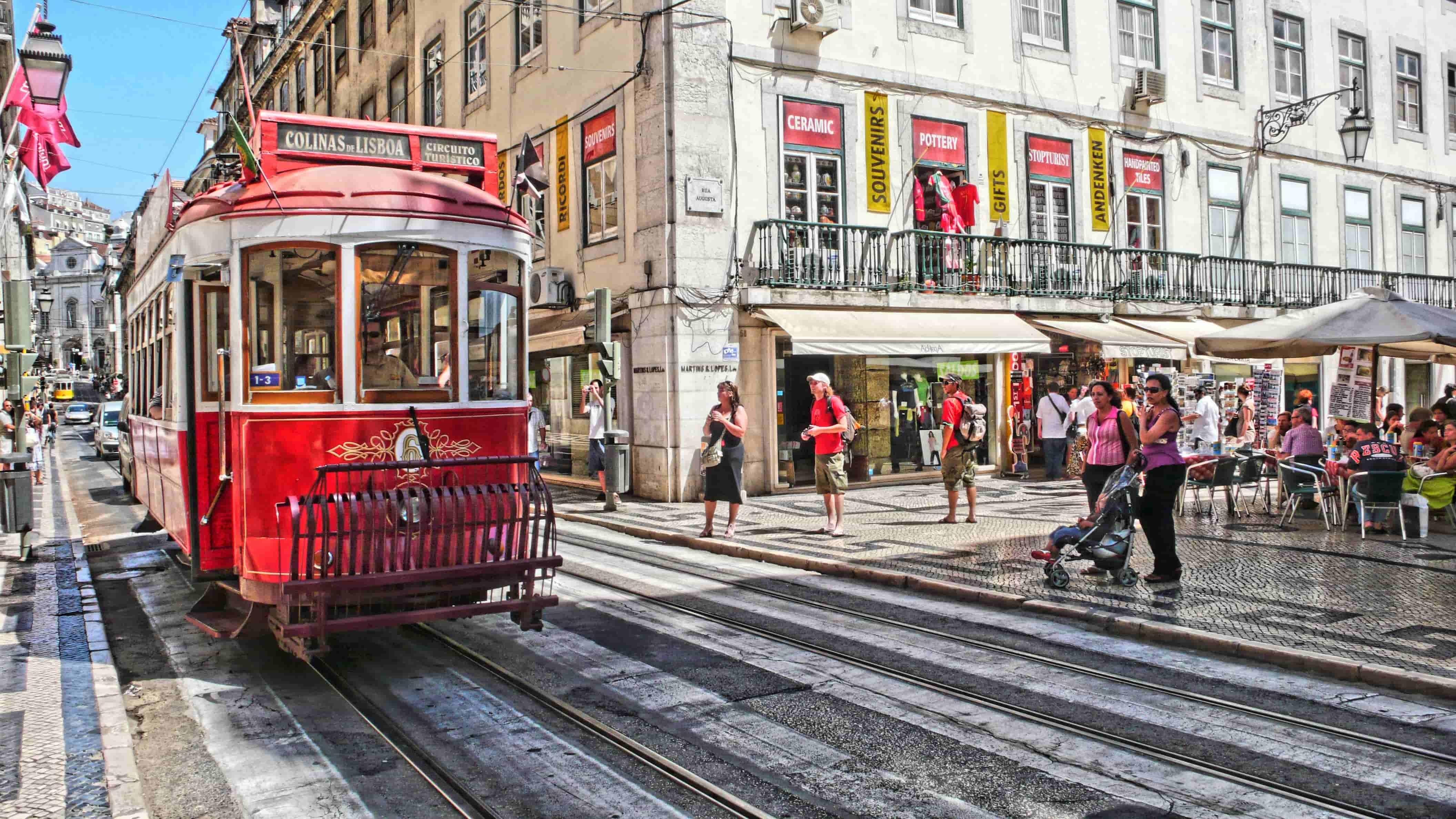 Tramway rouge à Lisbonne en voyage au Portugal
