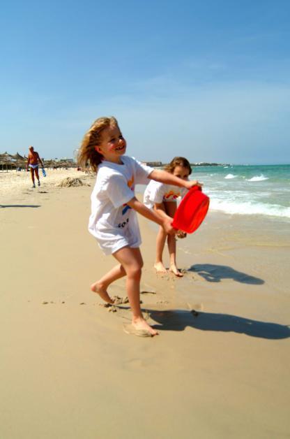 Enfants sur la plage à l'Hôtel Riadh Palms à Sousse en Tunisie