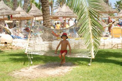 Jardin avec enfant à l'Hôtel Riadh Palms à Sousse en Tunisie