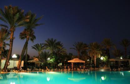 Piscine la nuit à l'Hôtel Riadh Palms à Sousse en Tunisie