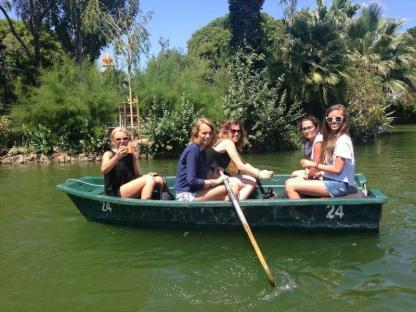 Jeunes en bateau en camp de vacances à Barcelone en Espagne