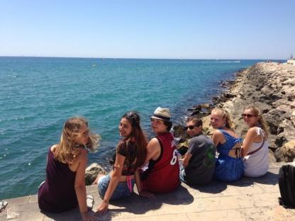 Étudiants à l'océan en camp de vacances à Barcelone en Espagne