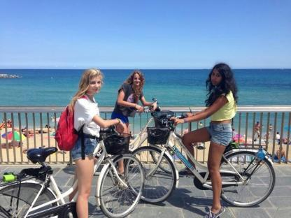Étudiant à vélo en camp de vacances à Barcelone en Espagne