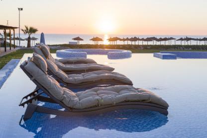 Chaises dans la piscine à l'hôtel Iberostar Kantaoui Bay en Tunisie