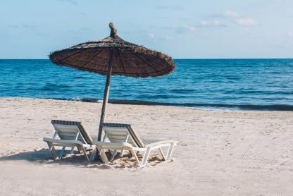 Chaises sur la plage à l'hôtel Iberostar Kantaoui Bay en Tunisie