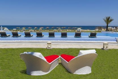 Piscine avec vue mer à l'hôtel Iberostar Kantaoui Bay en Tunisie