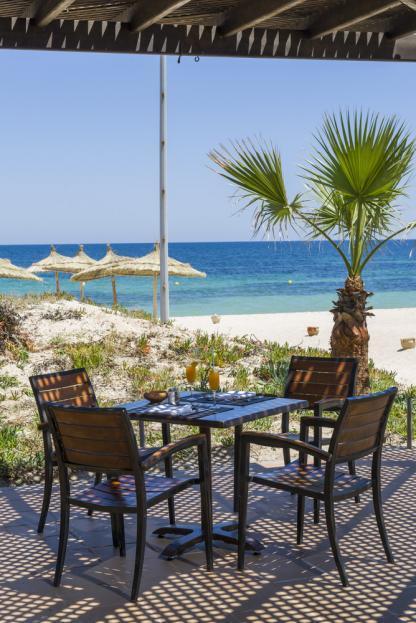Table sur la plage à l'hôtel Iberostar Kantaoui Bay en Tunisie