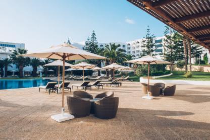 Terrasse de la piscine à l'hôtel Iberostar Kantaoui Bay en Tunisie